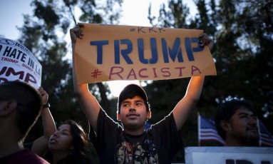 Latinos protestam contra retórica anti-imigração em frente a comício de Donald Trump em Los Angeles Foto: Reuters