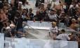 Policiais usam spray de pimenta para conter os ânimos da torcida do Corinthians na briga no Maracanã