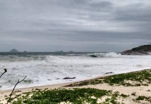 Tocos de madeira da cerca que protegia a restinga da Praia de Piratininga foram levados pelo mar na ressaca do último domingo Foto: Renan Almeida / Renan Almeida