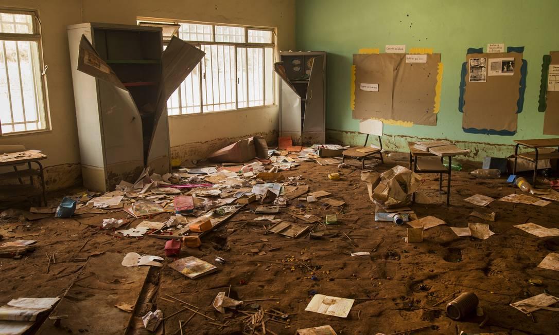 Escombros de uma escola em Paracatu de Baixo após rompimento de barragem Foto: Ana Branco / Agência O Globo