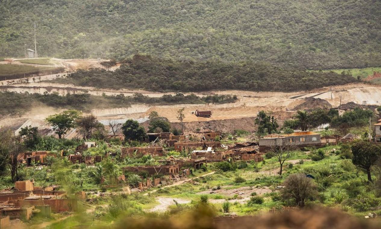 Área devastada em Bento Rodrigues: terreno será novamente alagado por uma barragem em construção Foto: Ana Branco / Agência O Globo