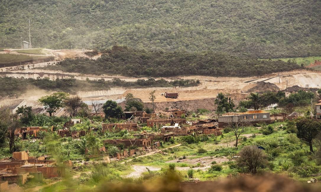 Área devastada em Bento Rodrigues (MG) pela lama de rejeitos da barragem do Fundão Foto: Ana Branco / Agência O Globo