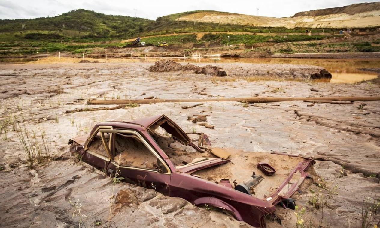 Carro continua tomado pela lama em Bento Rodrigues: outro distrito de Mariana no roteiro da onda de rejeitos de minério em novembro de 2015 Foto: Ana Branco / Agência O Globo