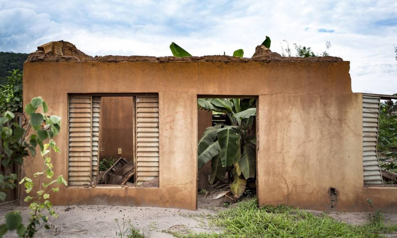 Escombros de uma casa de Bento Rodrigues continuam com as cores da lama que atingiu o distrito há um ano Foto: Ana Branco / Agência O Globo