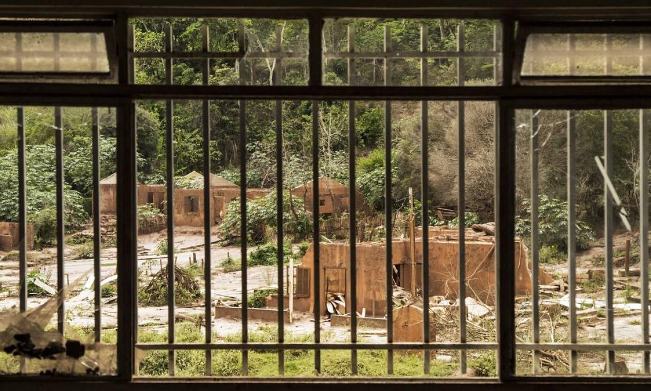 O distrito de Paracatu de Baixo, em Mariana, visto da janela de uma escola: cenário continua em ruínas Foto: Ana Branco / Agência O Globo