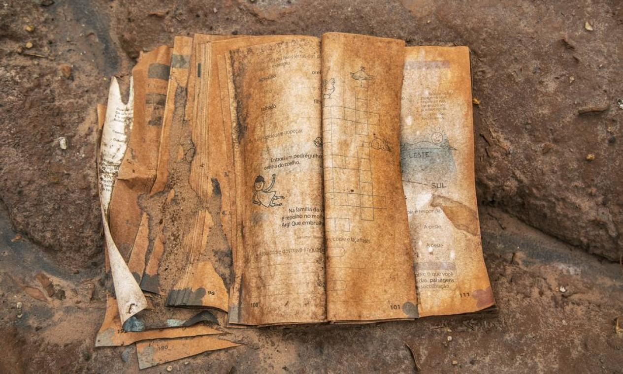 Livro didático em escola de Paracatu de Baixo resistiu à lama: herança da tragédia em Mariana Foto: Ana Branco / Agência O Globo