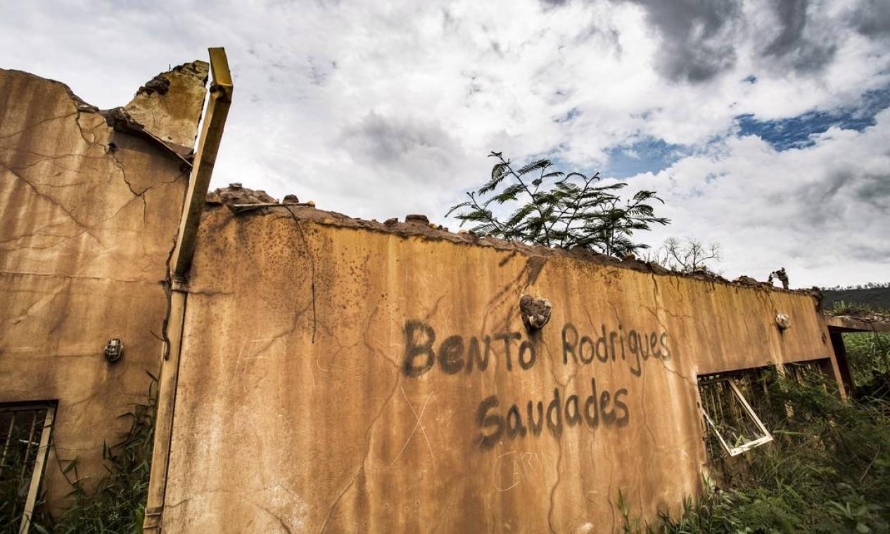 Inscrição em muro de Bento Rodrigues evoca o passado da região antes de ser destruída pela lama Foto: Ana Branco / Agência O Globo