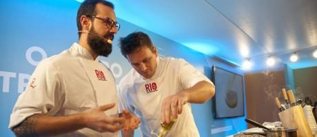 Os chefs Marcelo Schambeck, do hotel Yoo2, e Pedro Siqueira, dos restaurantes Puro e Massa, e surpreenderam o público ao ensinar uma receita que não era churrasco Foto: Adriana Lorete / Agência O Globo