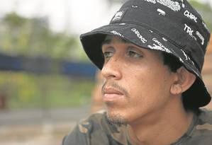 """Desafio inédito. MC Baga será o representante da comunidade na Flupp: """"Trabalho temas como violência policial e opressão"""", diz o rapaz, que compõe rap desde que tinha 16 anos Foto: Angelo Antonio Duarte / Agência O Globo"""