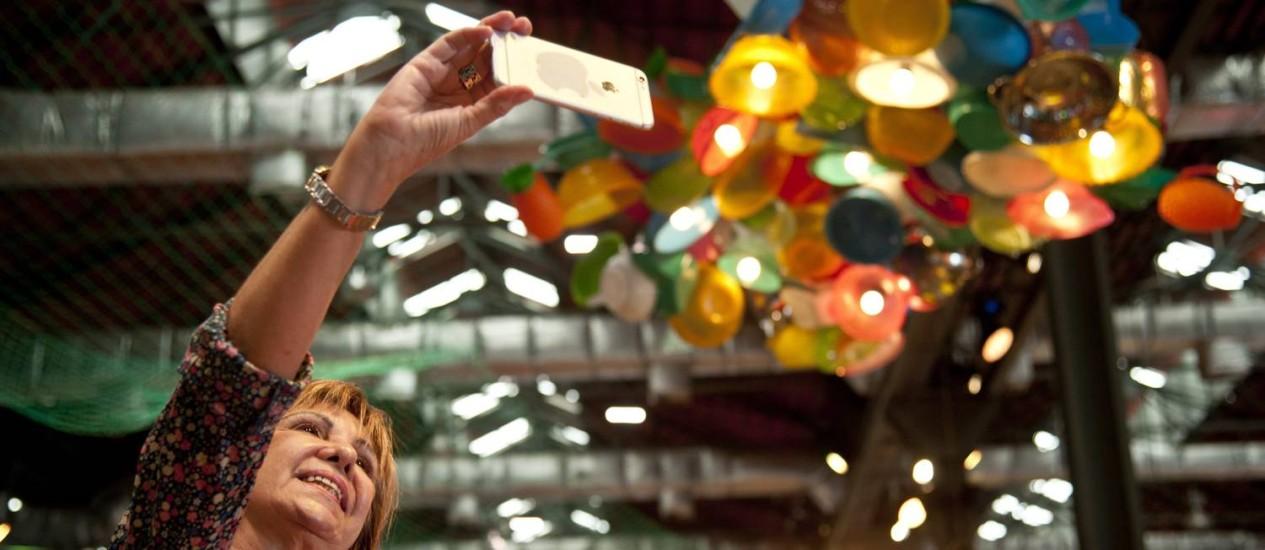 Público aproveita a decoração do Rio Gastronomia para fazer selfies Foto: Agência O Globo