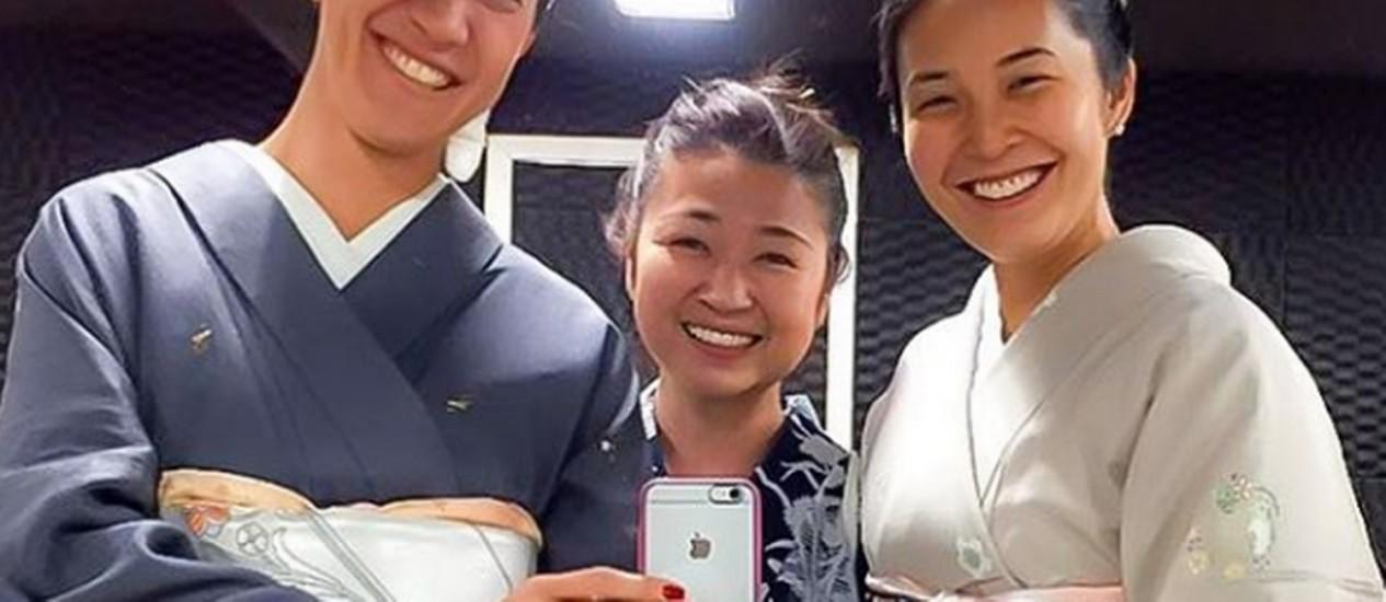 Degustação com Yasmin Yonashin teve garrafa do cônsul japonês Foto: Reprodução Instagram