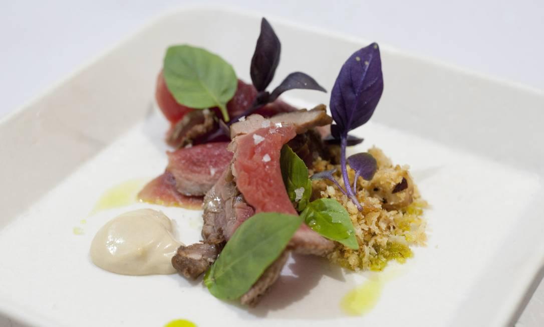 Já Elia optou por um rosbife de vitelo com maionese de anchovas, pangratatto de avelãs e basílico fresco Agência O Globo
