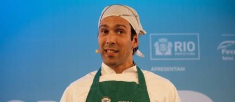Rodrigo Oliveira, do Esquina Mocotó, exalta cozinha sertaneja e diverte o público Foto: Adriana Lorete / Agência O Globo