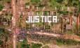 """Vista aérea do protesto em Mariana: palavra """"Justiça"""" é escrita sobre escombros das residências atingidas pela lama"""
