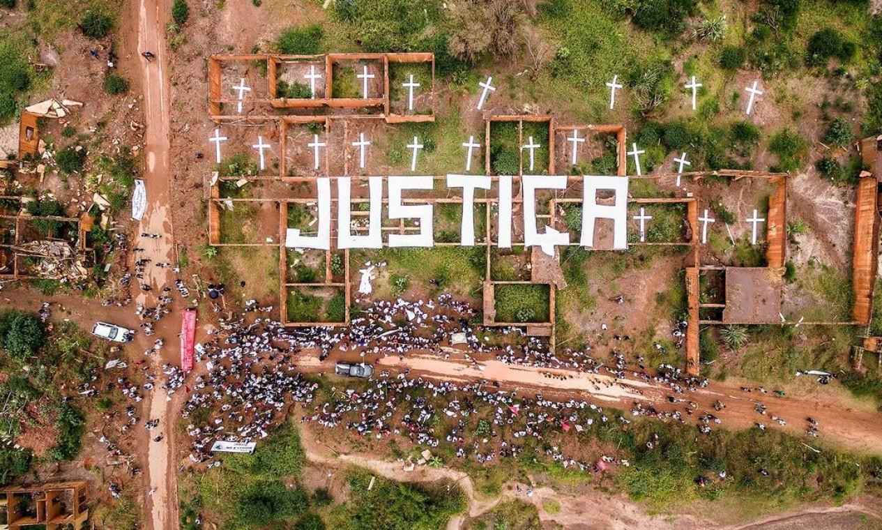 """Vista aérea do protesto do Greenpeace em Mariana: palavra """"Justiça"""" é escrita sobre escombros das residências atingidas pela lama Foto: Divulgação / Yuri Barichivich / Greenpeace"""