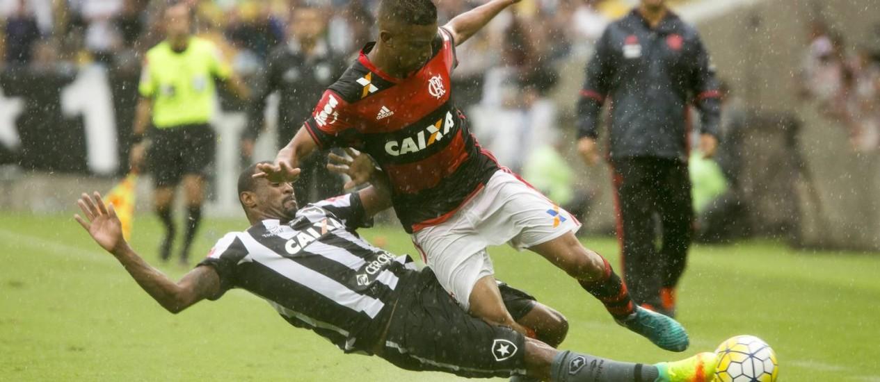 Airton dá o carrinho no lateral Jorge, no clássico entre Flamengo e Botafogo disputado sob chuva no Maracanã Foto: ANTONIO SCORZA / Agência O Globo