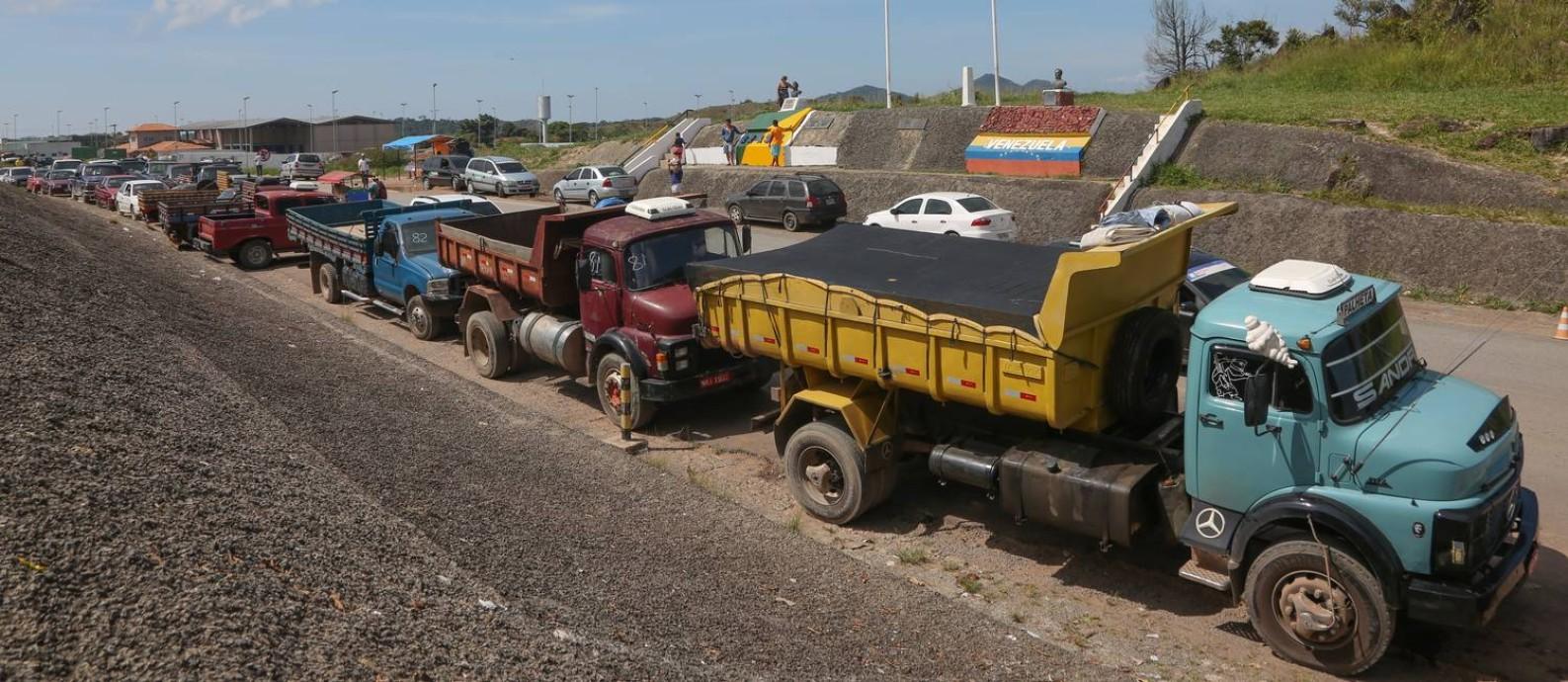 Divisa. Caminhões estacionam frente ao marco da fronteira entre o Brasil e a Venezuela: rotina alterada Foto: Marcos Alves