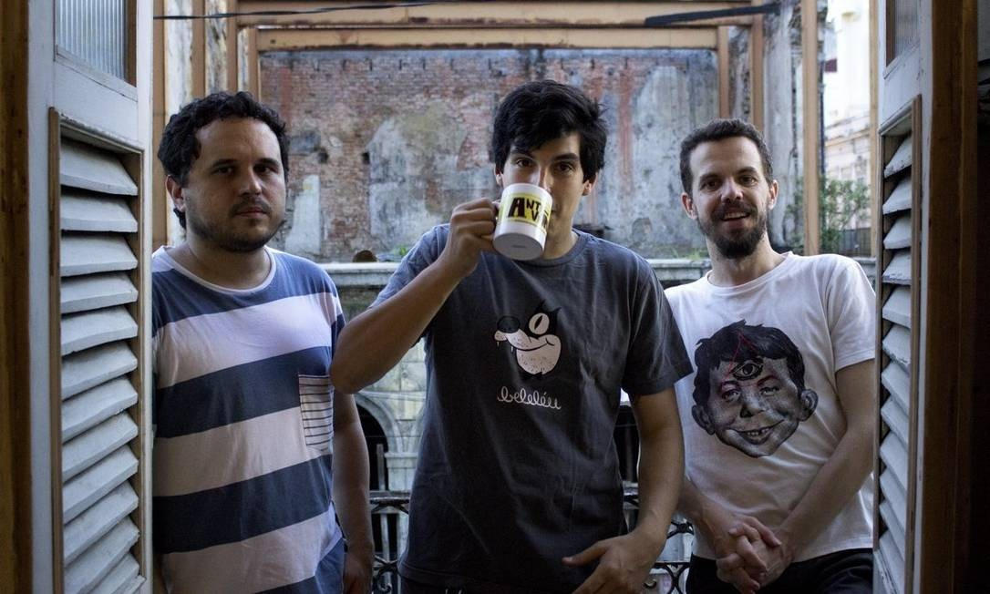 Eduardo, Pablo e Tiago: trio de ilustradores no sobrado da sua própria editora de quadrinhos, a Beleléu Foto: Agência O Globo / Isabela de Sousa