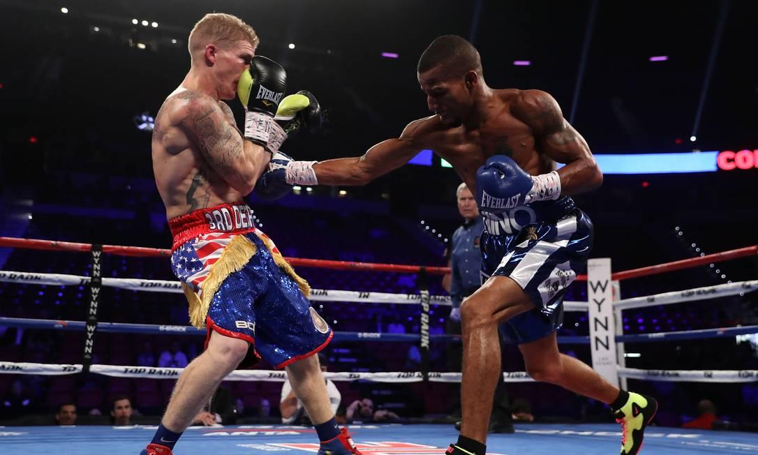 Em seu primeiro combate como profissional, o baiano Robson Conceição foi dominante sobre o americano Clay Burns Christian Petersen / AFP