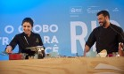 Tem cerveja na cozinha. Aula com os chefs Rodrigo Schweitzer e Monique Gabiatti mostrou versatilidade da bebida Foto: Adriana Lorete / Agência O Globo