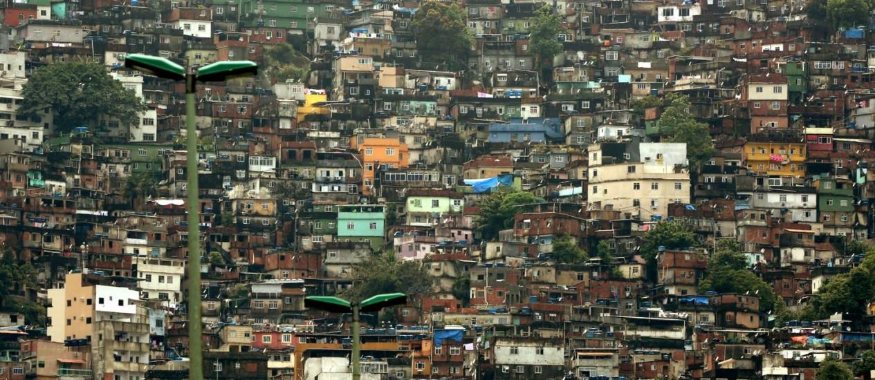 A Favela da Rocinha, onde, segundo associações, vivem cerca de 200 mil pessoas: donos de bares, restaurantes e biroscas denunciam que foram ameaçados por bandidos Foto: Custódio Coimbra / Agência O Globo
