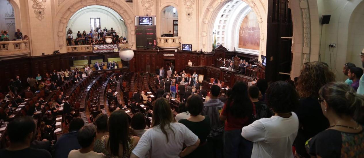 Servidores assistem à sessão que reconheceu o estado de calamidade pública do Rio: durante a votação do pacote, público terá acesso às galerias Foto: Márcio Alves/01-11-2016