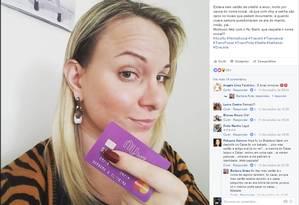 """Dignidade. Barbara Aires segura o cartão de crédito com seu nome social: """"O comércio passa a me dar credibilidade"""" Foto: Reprodução"""