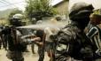 Batalhão de Choque usa spray de pimenta para descocupar uma casa dentro do terreno do Jardim Botânico, no Horto