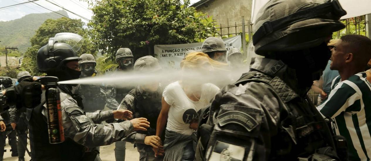 Batalhão de Choque usa spray de pimenta para descocupar uma casa dentro do terreno do Jardim Botânico, no Horto Foto: Gabriel de Paiva / Agência O Globo