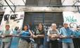 E agora? Grupo que costuma almoçar por R$ 2 no Restaurante Cidadão Betinho, na Central do Brasil, encontrou a porta fechada: acordo para que o estado passe à prefeitura todo o projeto na cidade esbarra na burocracia