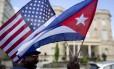 As bandeiras americana e cubana tremulam em frente à Embaixada de Cuba, em Washington Foto: Andrew Harrer/Bloomberg