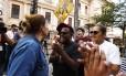 Manifestante contrária à ocupação das escolas discute com estudantes que participam de protesto, em frente ao prédio no centro de Curitiba