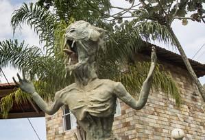 A estátua do caboclo d'água, monstro folclórico do Gualaxo do Norte, sobreviveu à lama, mas sumiu da cidade Foto: Ana Branco / Agência O Globo