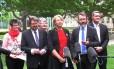 Defensores dos direitos dos homossexuais comemoraram a decisão sobre o plebiscito em frente ao Parlamento, em Camberra, capital da Australia
