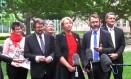 Defensores dos direitos dos homossexuais comemoraram a decisão sobre o plebiscito em frente ao Parlamento, em Camberra, capital da Australia Foto: Rod McGuirk / AP