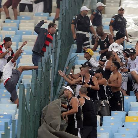 Torcedores do Corinthians que se envolveram numa briga no Maracanã durante a partida contra o Flamengo Foto: Rafael Moraes / Extra