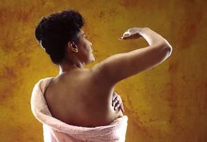 Uma mulher faz o autoexame de mama Foto: Wikimedia Commons / National Cancer Institute