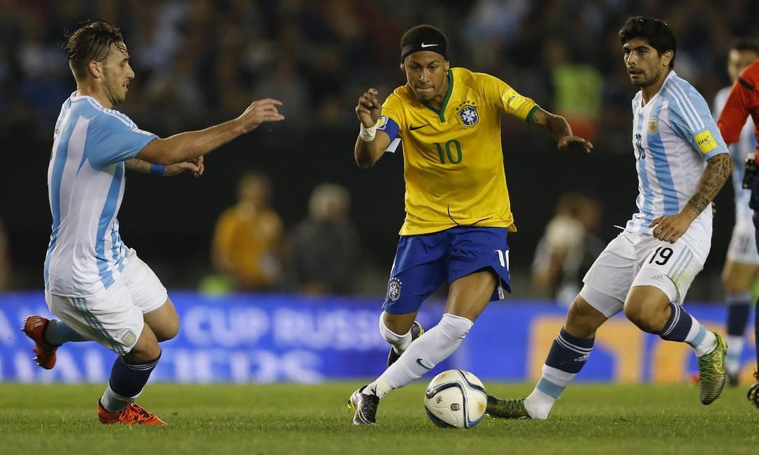 Neymar conduz a bola em clássico entre Brasil e Argentina pelas eliminatorias da Copa de 2018. No estádio Monumental de Nuñez, em Buenos Aires, em novembro de 2015, empate em 1 a 1, e o craque braisleiro não teve boa atuação nem fez gol. Messi não jogou Andre Mourao / Mowa Press