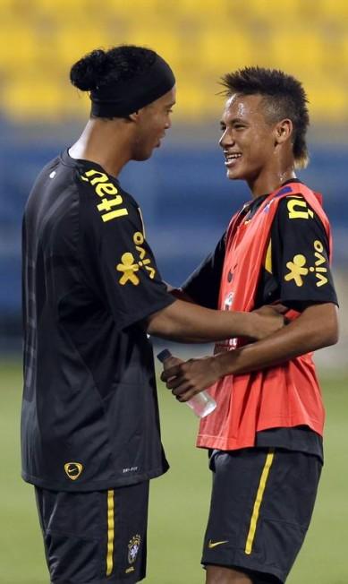 A primeira vez de Neymar contra a Argentina foi em 15 de novembro de 2010: derrota por 1 a 0, em amistoso no Qatar. Na foto, ele com Ronaldinho Gaúchio no treino para a partida KARIM JAAFAR / AFP