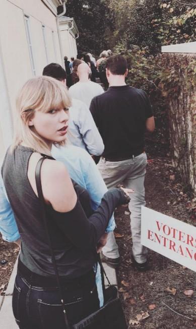 """Em casa ou fora do país, famosos americanos mostraram nesta terça-feira a importância do voto ao postarem nas redes suas peripécias para confirmar apoio a Hillary Clinton ou Donald Trump. Taylor Swift, por exemplo, enfrentou fila sem reclamar: """"hoje é o dia. Saia e vote"""", escreveu ela no Instagram Instagram"""