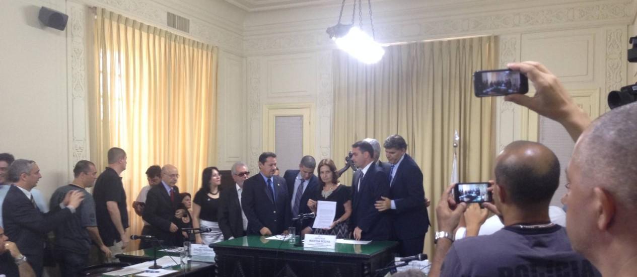Deputados recebem carta de protesto do Sindicato dos Policiais Civis do Rio de Janeiro (Sindpol), entre eles Martha Rocha (PDT), Zaqueu Teixeira (PDT) e Flavio Bolsonaro (PSC). Foto: Gustavo Goulart