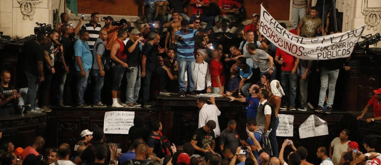 Servidores do Estado invadiram o plenário da Alerj Foto Pablo Jacob / Agencia O Globo Foto: Agência O Globo