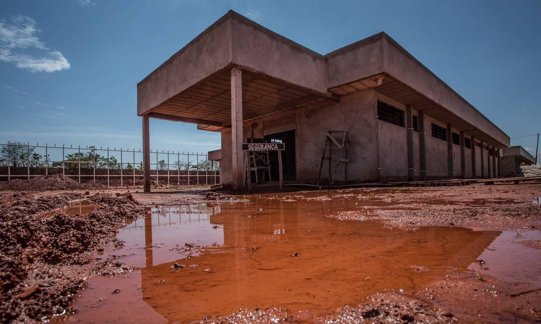 O flagrante de abandono e descaso no presídio de Águas Lindas, em Goiás, é um dos 115 empreendimentos que segue a passos lentos Foto: André Coelho / Agência O Globo