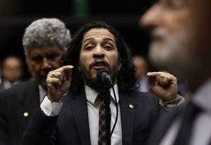 O deputado Jean Wyllis (PSOL-RJ) em discurso na Câmara Foto: Andre Coelho / Agência O Globo / 28-10-2015