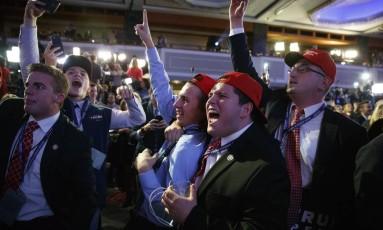 Apoiadores de Trump comemoram ao ver desenrolar das eleições em novembro Foto: Evan Vucci / AP