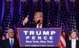 Trump agradece apoio de eleitores ao ser gfarantido como próximo presidente dos EUA. Na foto, é visto pelo vice, Mike Pence, e o filho Barron
