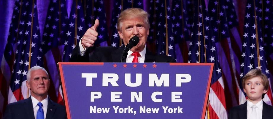 Trump agradece apoio de eleitores ao ser gfarantido como próximo presidente dos EUA. Na foto, é visto pelo vice, Mike Pence, e o filho Barron Foto: CHIP SOMODEVILLA / AFP