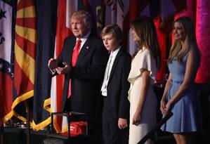 Presidente eleito Donald Trump é acompanhado pelo filho, Barron Trump, pela mulher, Melania Trump, e pela filha, Ivanka Trump, em Nova York Foto: JOE RAEDLE / AFP