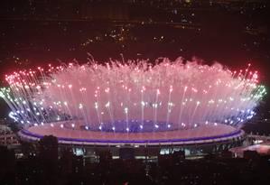 Fogos na abertura da Olimpíada do Rio Foto: Marcelo Carnaval / O Globo