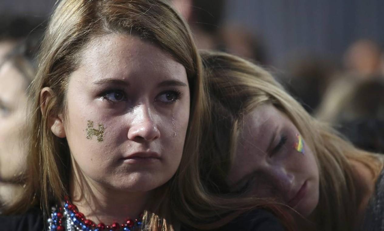 Eleitoras de Hillary Clinton choram ao saber da vitória de Donald Trump para a Presidência dos EUA Foto: ADREES LATIF / REUTERS